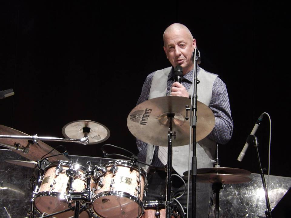 Jae Sinnett talking during his trio's performance with the Virginia Symphony Orchestra in 2014