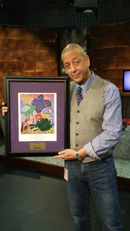 Jae Sinnett receiving a ForKids Organization painting